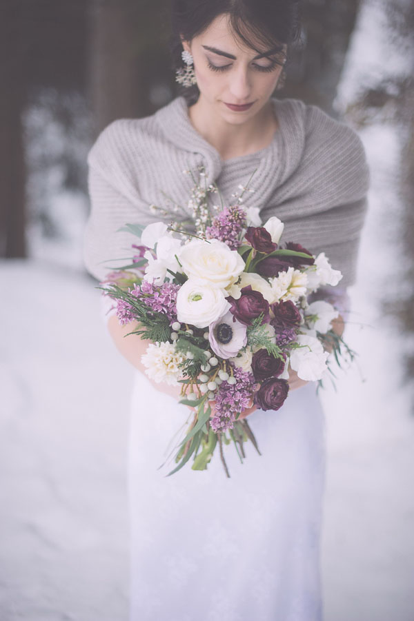 bouquet con lisianthus, rose, anemoni e bacche