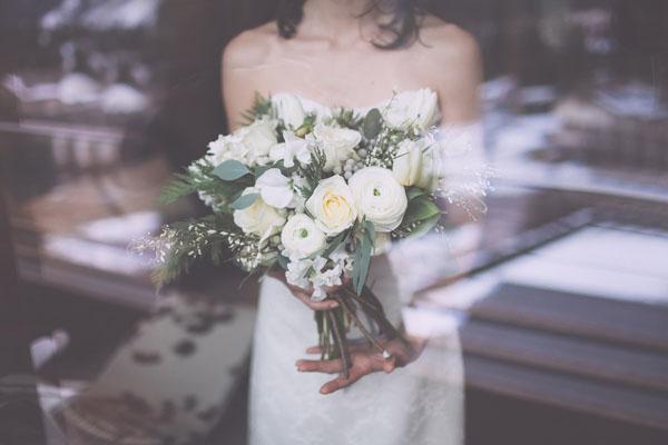 bouquet invernale con rose, lisianthus e bacche di silver brunia