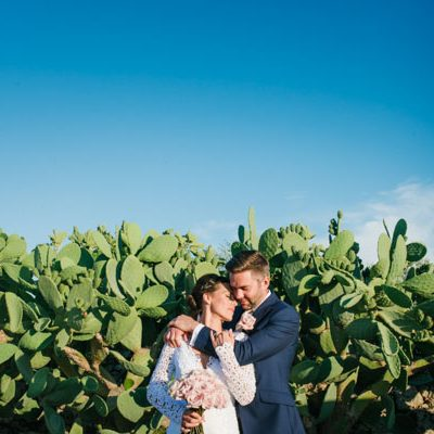 Carta kraft e rosa cipria per un matrimonio in masseria