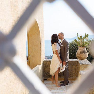 Un abito da sposa crop top per un matrimonio sul mare