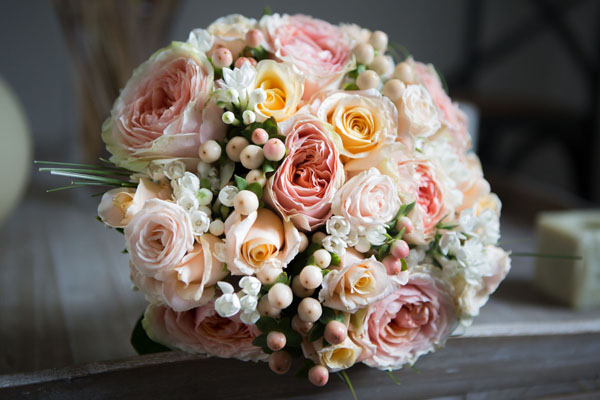 bouquet con rose da giardino e bacche
