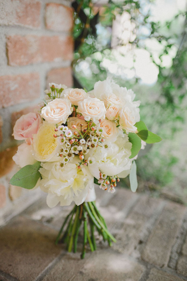 bouquet con rose e peonie in toni pastello