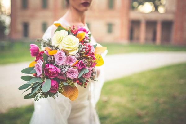 bouquet autunnale rosa e fucsia con foglie gialle