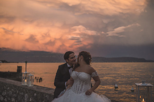 Matrimonio Country Chic Lago Di Garda : Una cerimonia simbolica per un matrimonio sul lago di