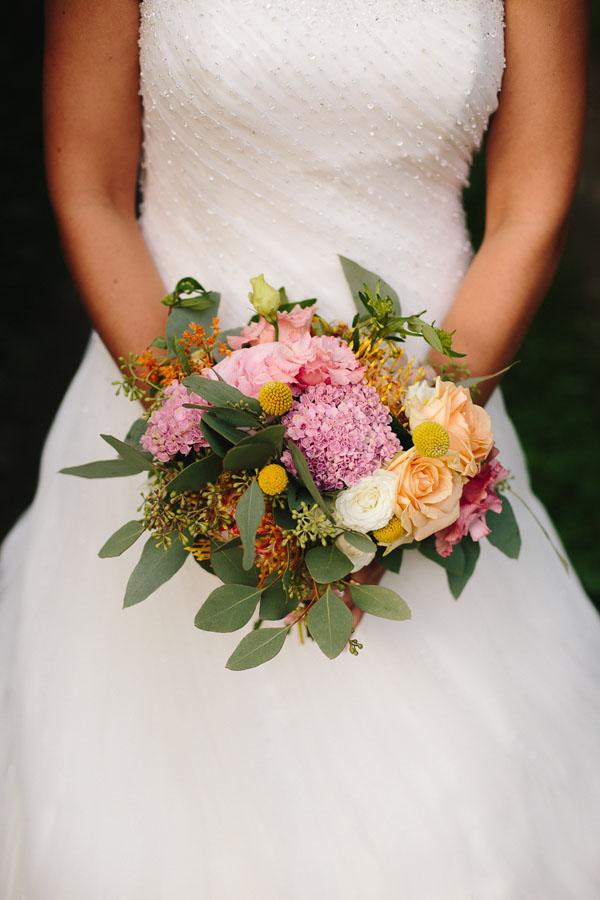 bouquet colorato con craspedia, rose ed eucalipto