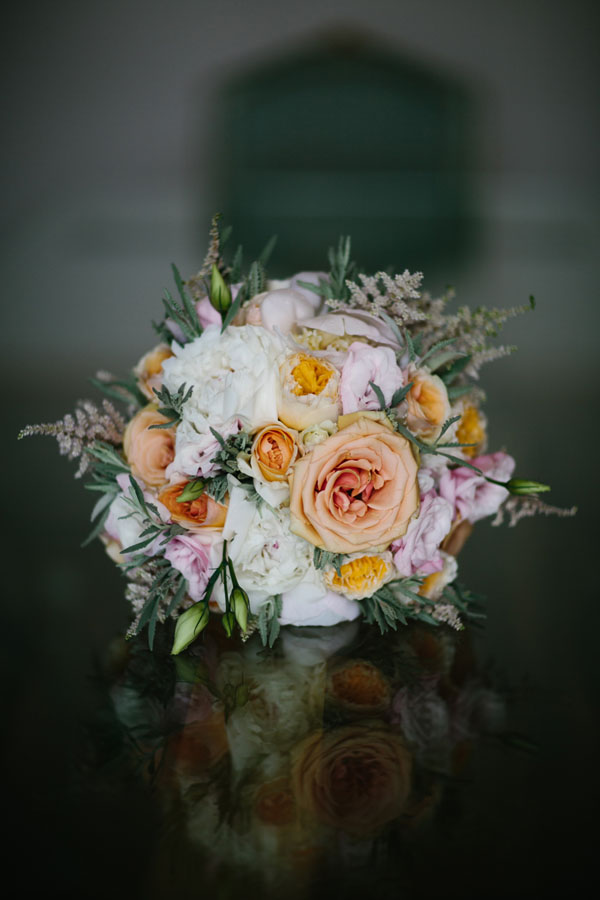 bouquet con rose, peonie e lisianthus