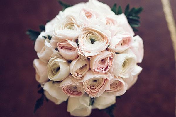 bouquet con ranuncoli rosa cipria