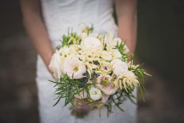 bouquet con rose da giardino, astilbe e bacche