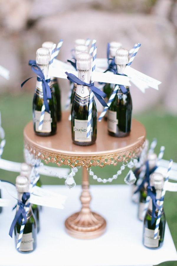 mini bottiglie di champagne | 15 idee per bomboniere enogastronomiche