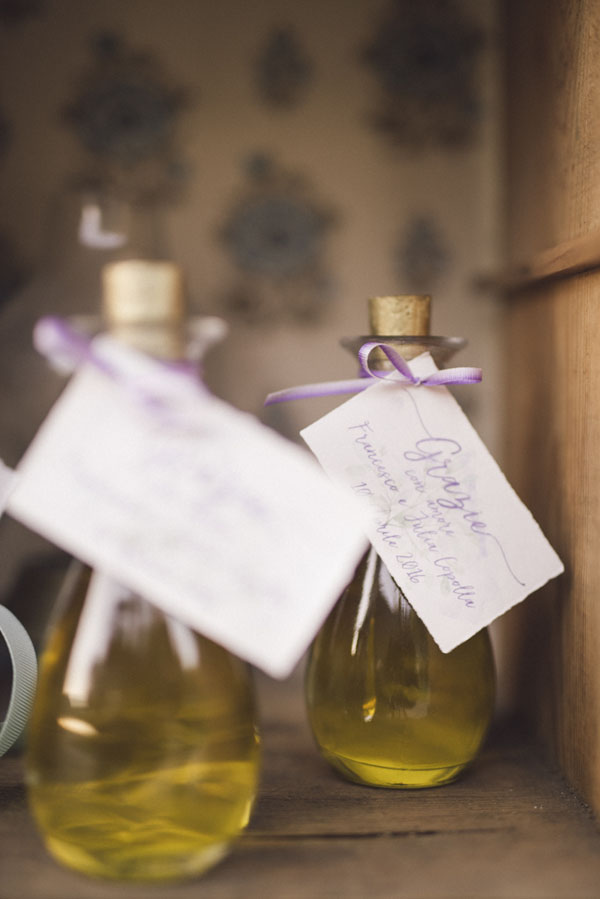 bottiglie d'olio con targhetta calligrafica