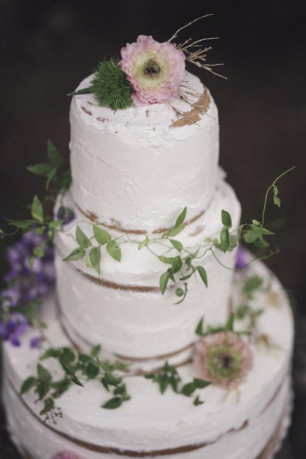 torta nuda con fiori freschi e foliage