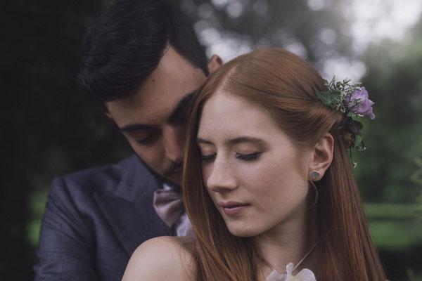 sposa con fiori nei capelli