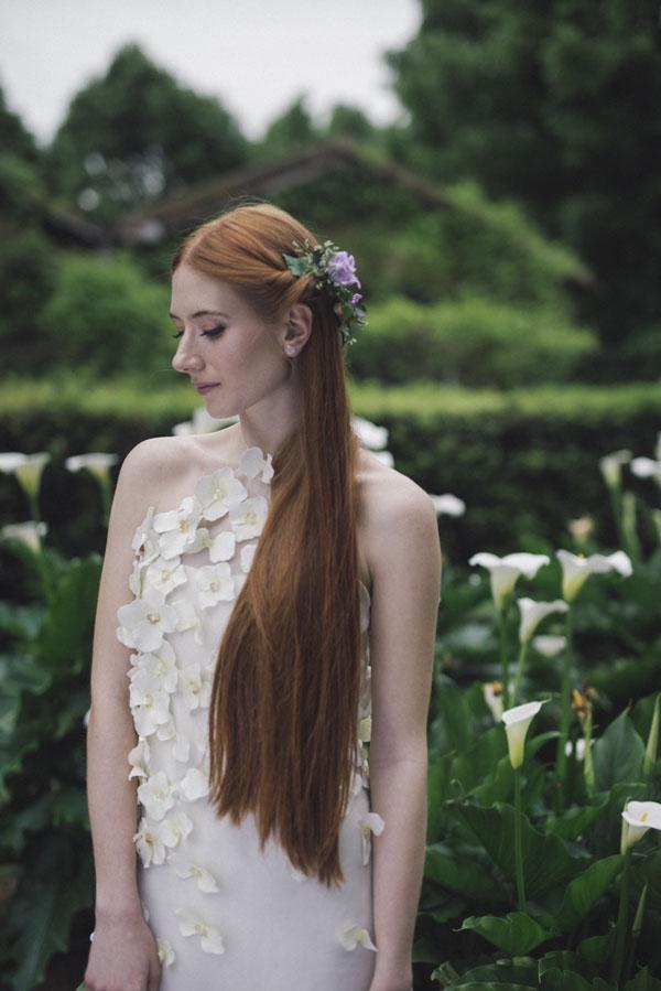 abito da sposa con applicazioni floreali