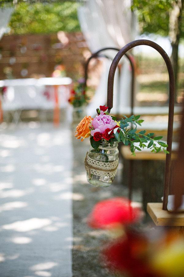 allestimento con fiori in barattolo di vetro