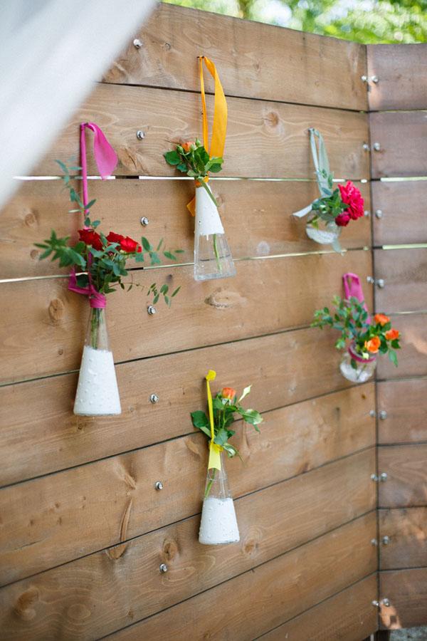 allestimento con fiori in bottiglie di vetro dipinte