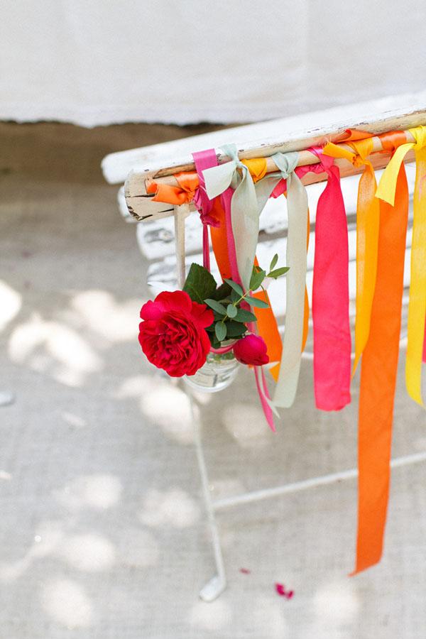 sedia decorata con nastri e fiori
