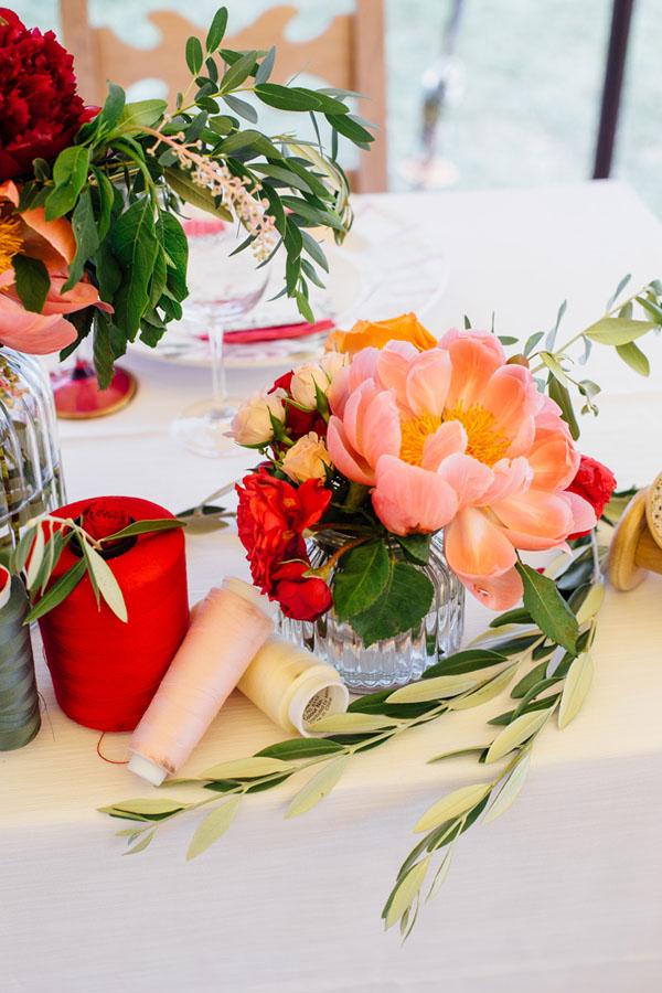 centrotavola con rocchetti di filo e fiori