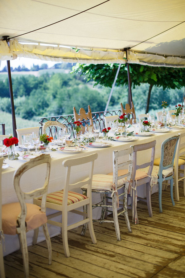 tavola matrimonio con sedie spaiate