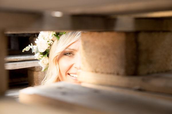sposa con corona di fiori bianca e verde