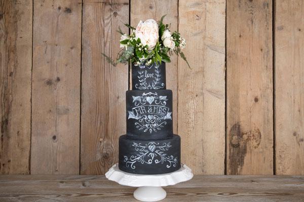 torta effetto lavagna con fiori freschi