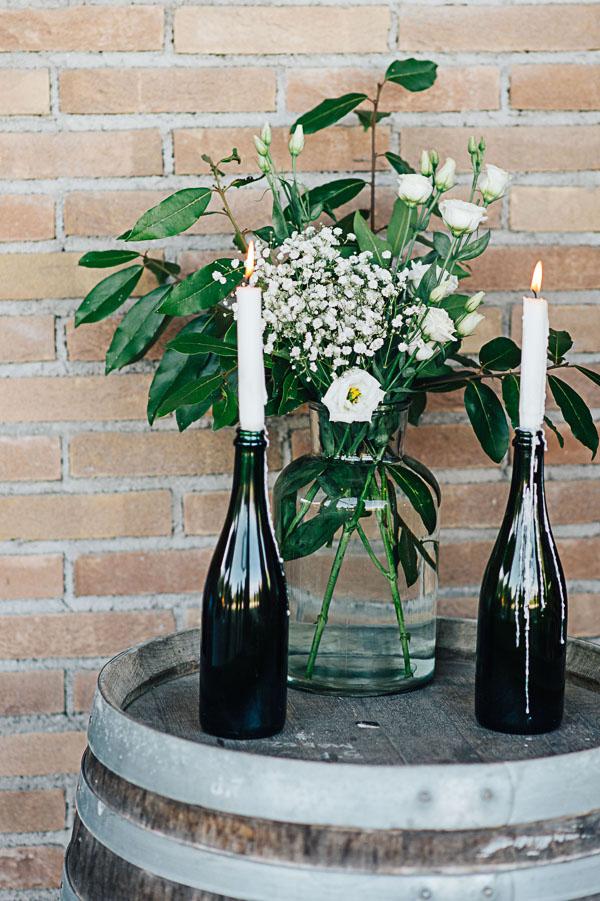 allestimento country con botte di vino, bottiglie e candele