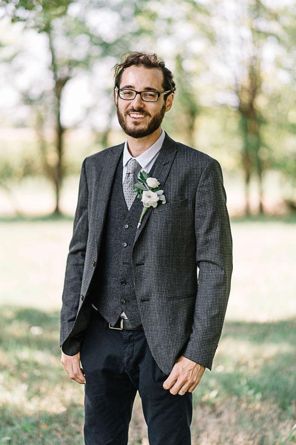 sposo in completo grigio