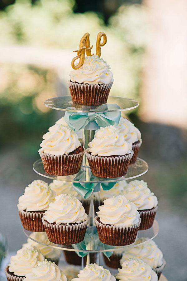 torre di cupcake con cupcake topper