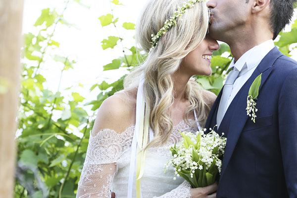 sposa con corona e bouquet di mughetti