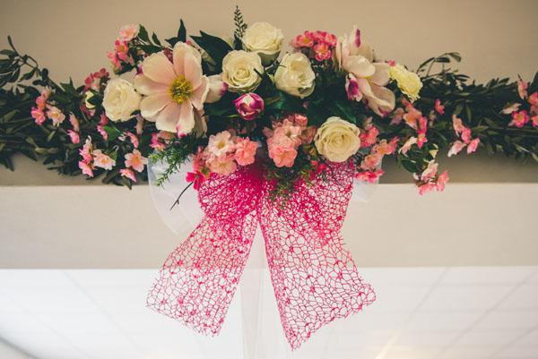 allestimento matrimonio con fiori rosa, fucsia e avorio