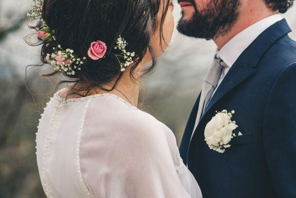 acconciatura sposa con roselline e gypsophila