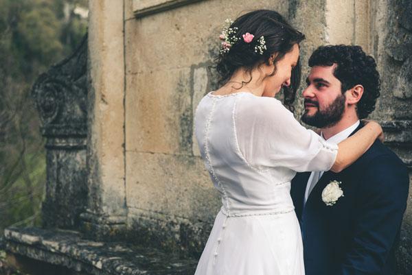 sposa con abito vintage e fiori nei capelli
