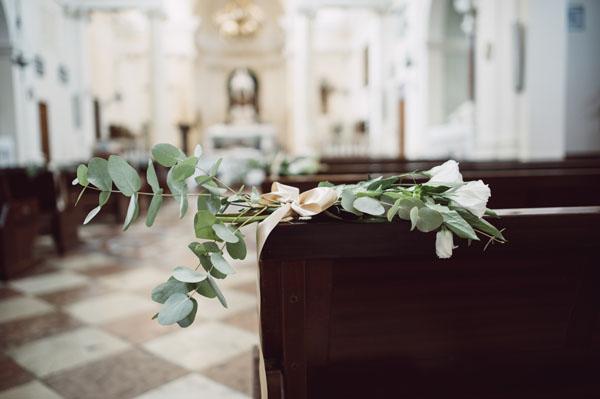 decorazione chiesa con foglie di eucalipto, fiori e nastri