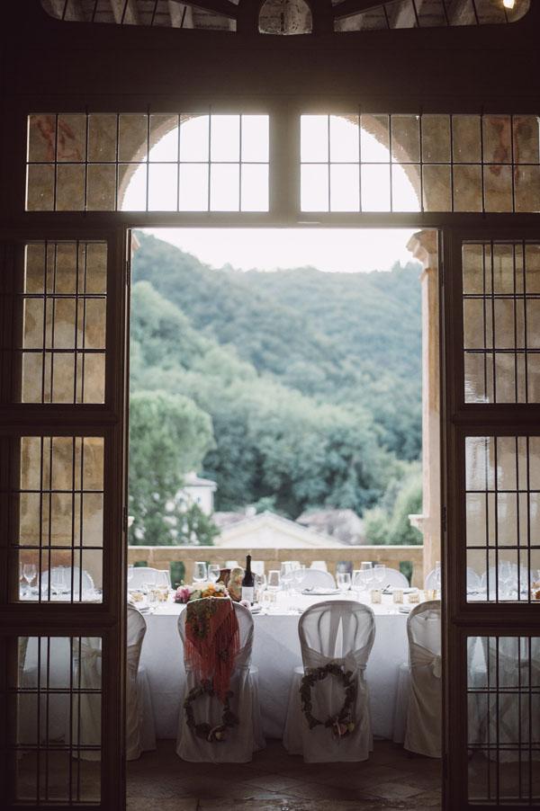 sedie sposi decorate con ghirlande