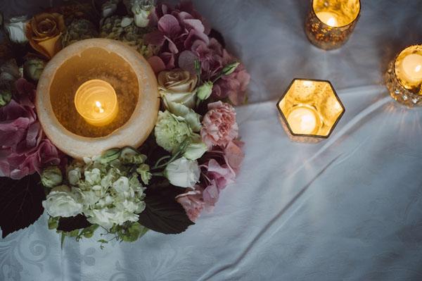 centrotavola matrimonio con fiori e candele