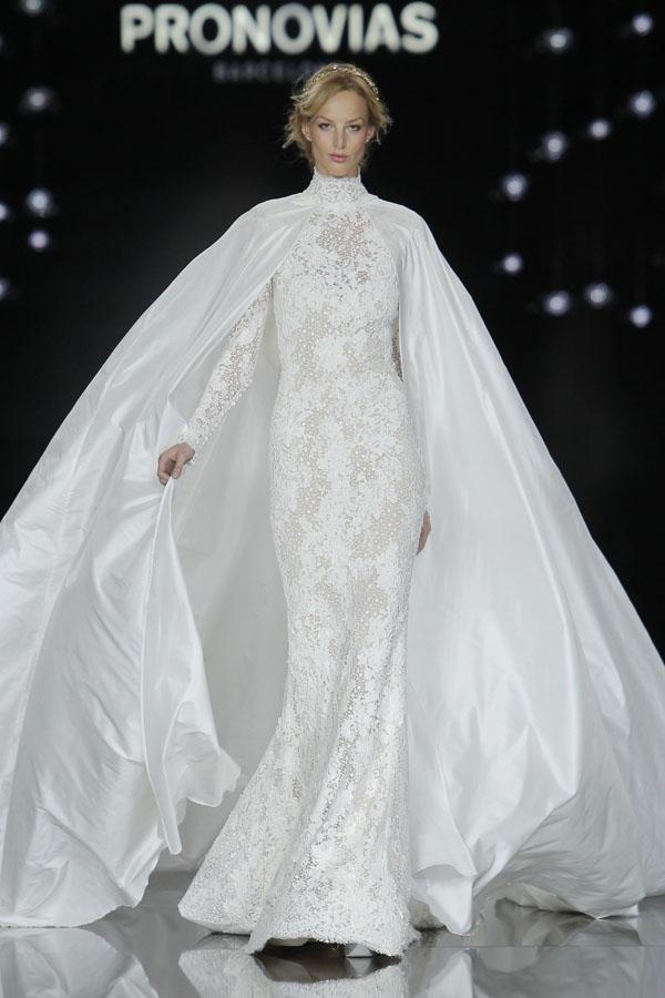 abito da sposa con mantella pronovias atelier