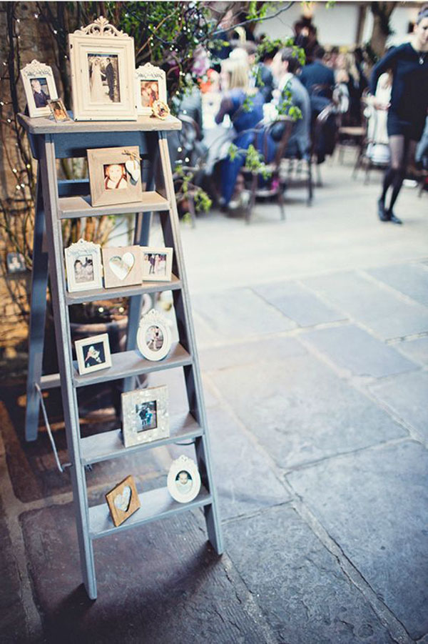 scaletta vintage con foto di famiglia