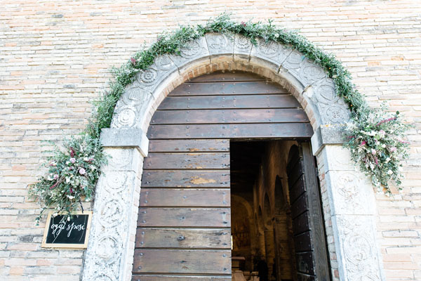 allestimento chiesa con ghirlanda floreale