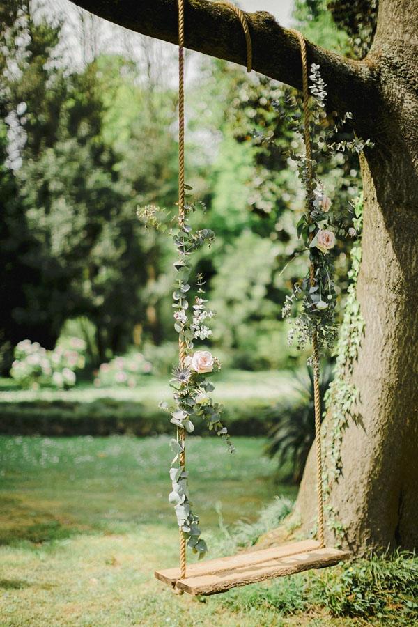 allestimento matrimonio con altalena floreale