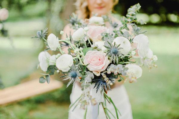 bouquet con rose, ranuncoli, eryngium e foliage