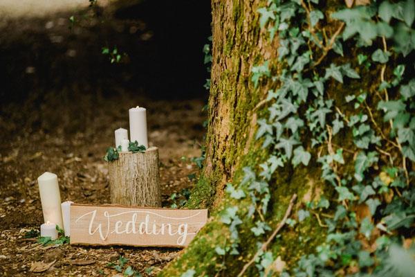 cerimonia nel bosco con candele e tronchi d'albero