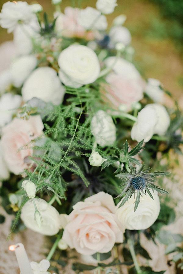 composizione floreale con rose, ranuncoli ed eryngium
