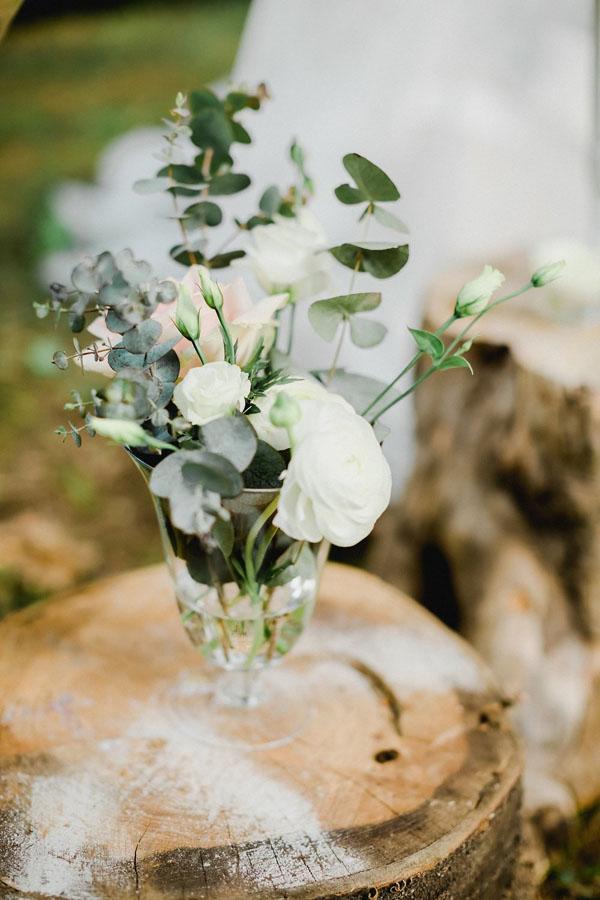 composizione floreale con rose, ranuncoli e foliage