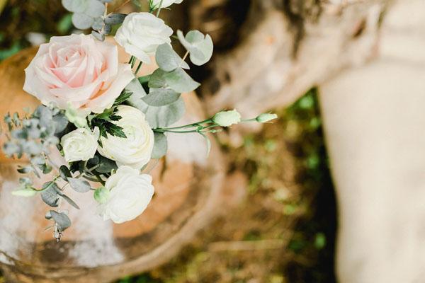 composizione floreale con rose, ranuncoli e foglie di eucalipto