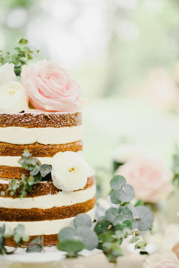 torta nuda con rose, ranuncoli e foliage