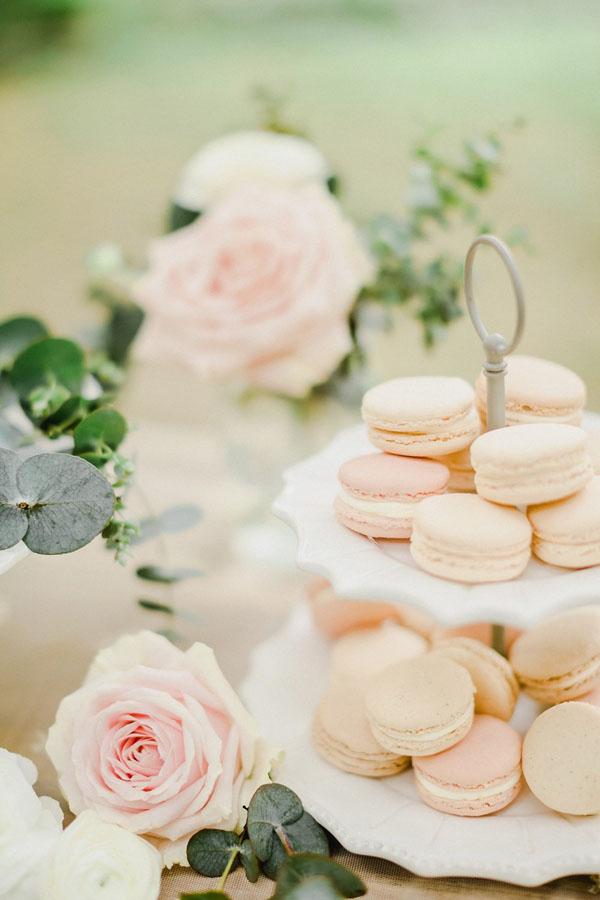 macarons rosa su alzata vintage