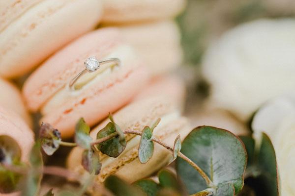 anello di fidanzato e macarons