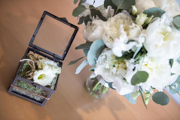 scatola porta fedi con muschio e fiori