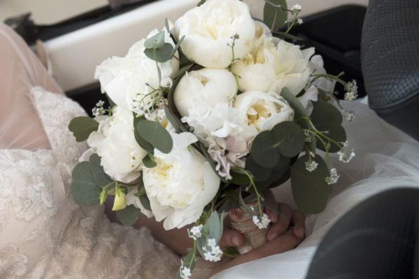 bouquet con peonie bianche e foglie di eucalipto