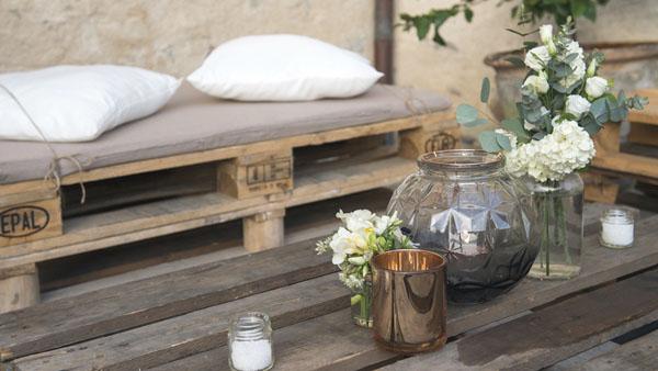 angolo aperitivo con bancali e cuscini bianchi
