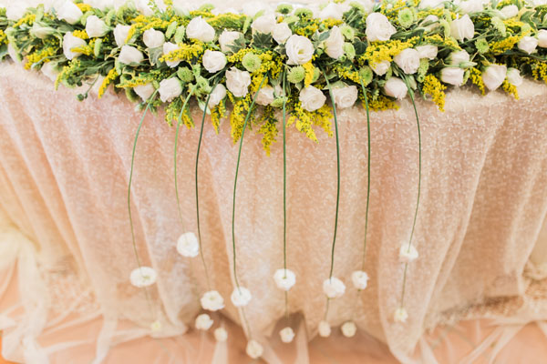 decorazione tavolo sposi in giallo e verde